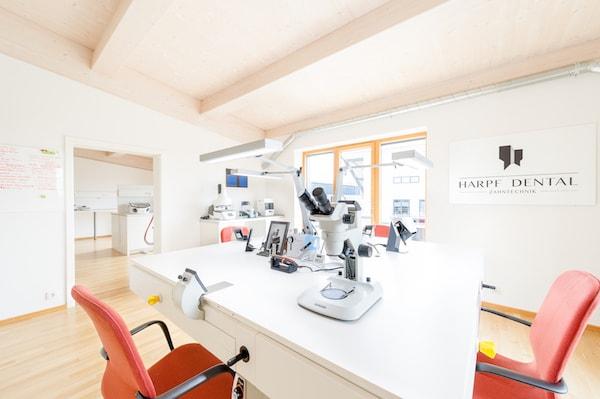 Das offene Ambiente des Labors ermöglicht ein angenehmes Arbeitsklima. Die Raumaufteilung gewährt überall ausreichend Tageslicht.