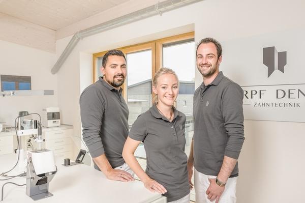 Das kleine, sympathische Team von Harpf Dental: Anselm Harpf, Angelique Harpf, Christian Metzger (v. links)