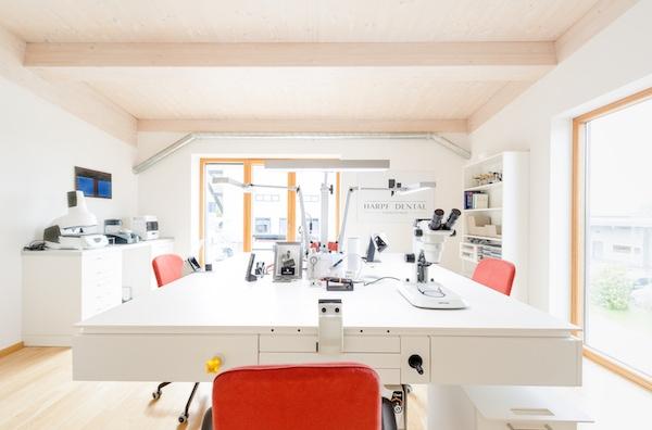 Zentrum des Labors: Quadratischer Arbeitstisch mit vier Arbeitsplätzen.